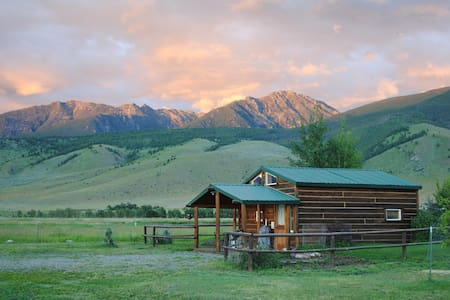 Dexter Peak cabin, elegantly rustic near YNP/Chico