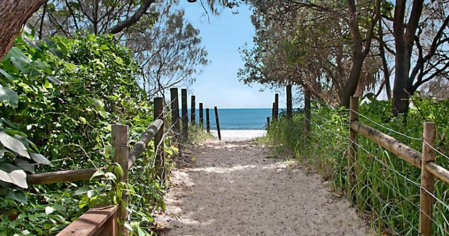 20 steps to the sand! Beachfront unit Mooloolaba! - Mooloolaba, Queensland, AU - Apartment