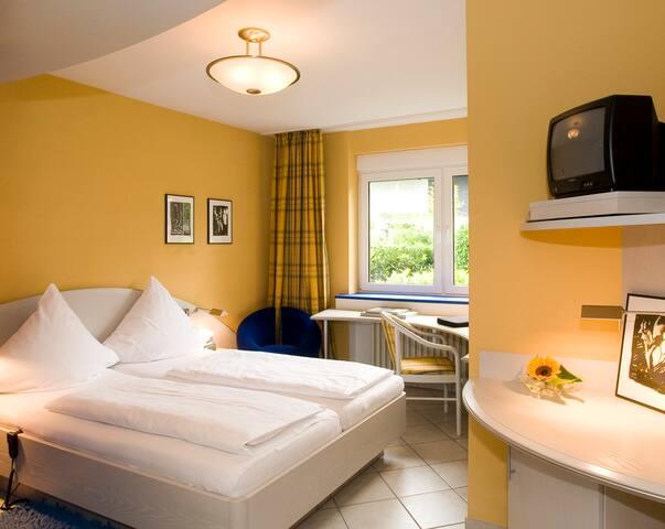 Behagliches Doppelzimmer mit Bad - Bergisch Gladbach - บ้าน