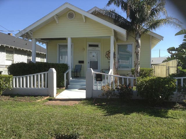Beautiful Island Getaway-1 block to BEACH-sleeps 7 - Galveston - Σπίτι
