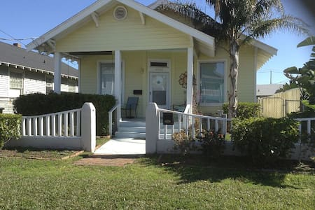 Beautiful Island Getaway-1 block to BEACH-sleeps 7 - Galveston - Rumah
