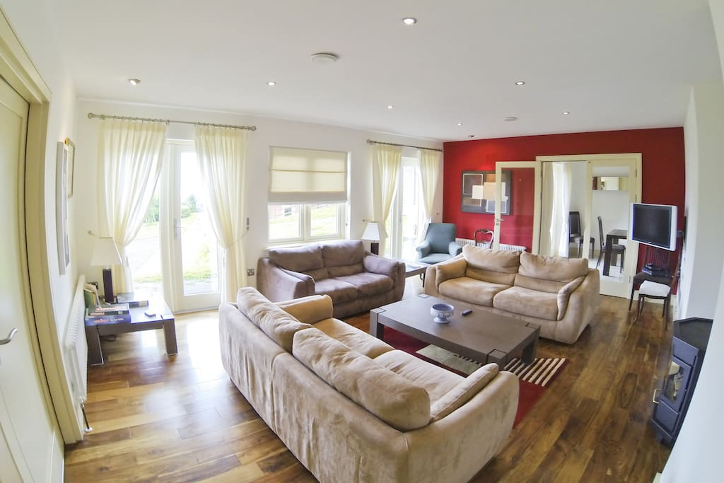 Spacious living room with surround sound / tv - views of the mountains and bay