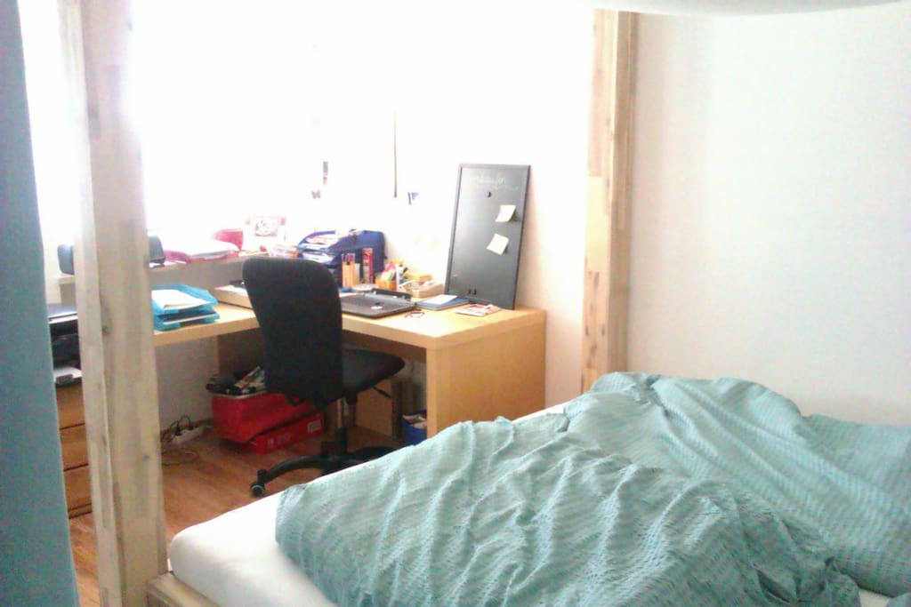 Schlafzimmer, Sicht zum Schreibtisch, Doppelbett