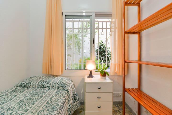 sunny little room for 1 or 2 - Barcelona - Bed & Breakfast