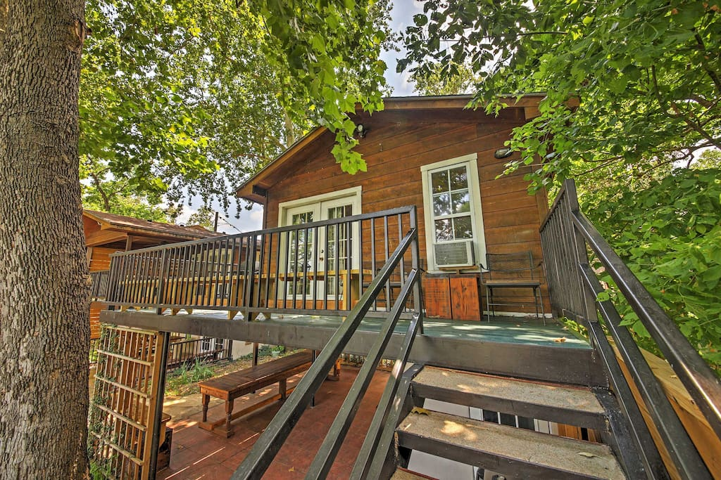 This lakefront Seguin vacation rental cottage is perfect for your Texas retreat!