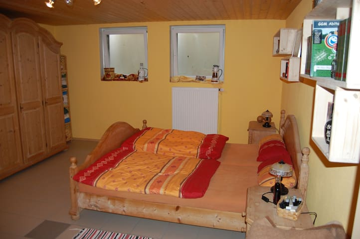 Room with double bed and shower - Rudelzhausen - Talo