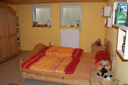 Room with double bed and shower - Rudelzhausen - Ház