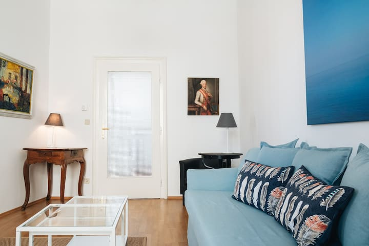 """Spacious comfy flat """"A"""" 6 min to Belvedere"""