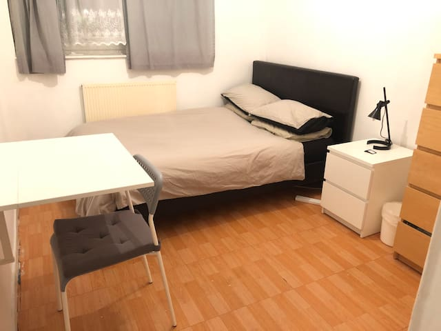 Spacious double room in the middle of everywhere
