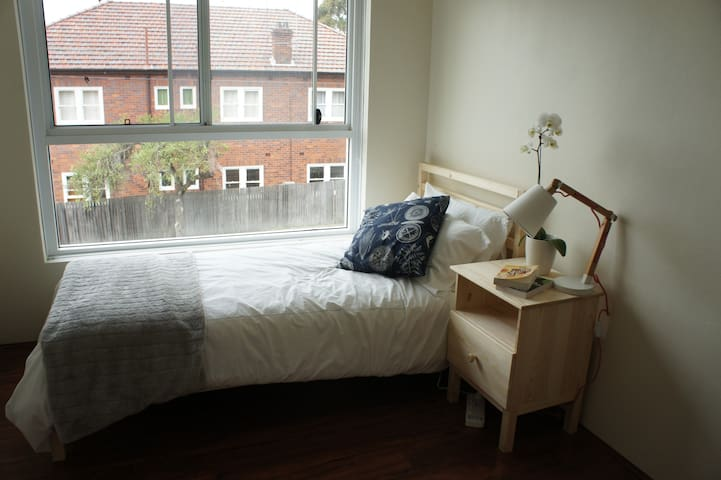 Bright, cozy bedroom in renovated Summer Hill unit - Dulwich Hill - Pis
