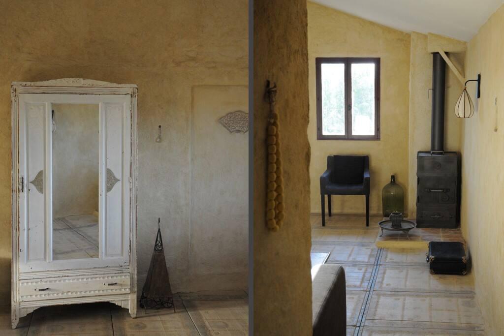 de woonkamer met industriële houtkachel