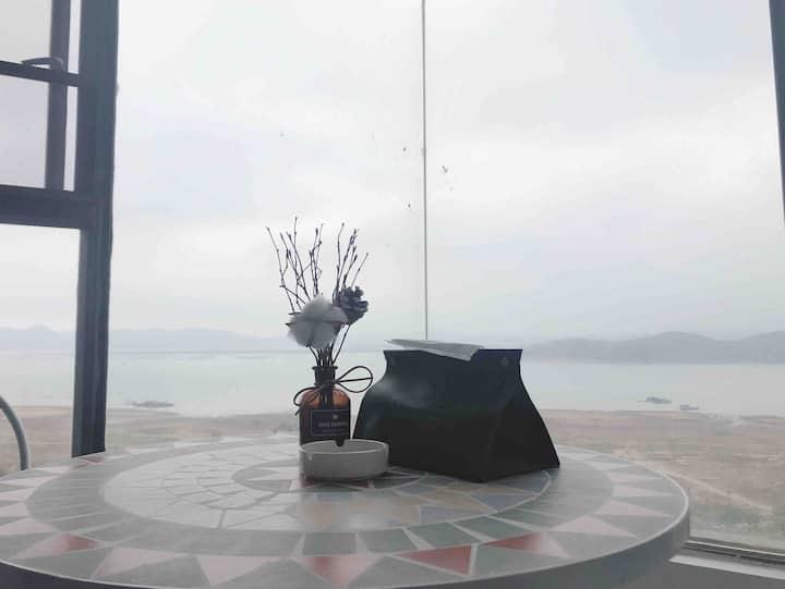 「忆宿」3号美式躺在床上看海景,走到对面是沙滩房,可长租