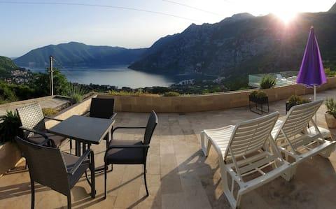 Lejlighed og pool med fantastisk udsigt i Risan*