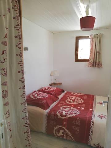 chambre depuis la porte d'entrée