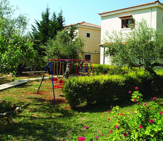 Relax in fruitful garden close to sandy beach - Stoupa - Apartamento