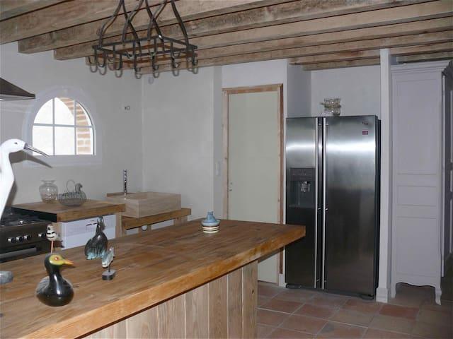 La cuisine ouverte  avec son large bar