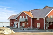 Lägenheten ligger bredvid havet med kort gångavstånd bad och restaurang