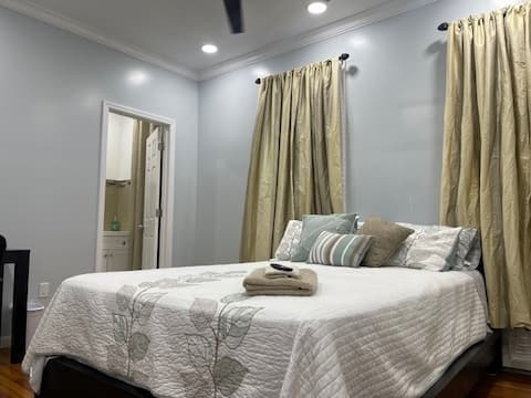 Spacious Private Room w/Bath & 6 minutes from EWR