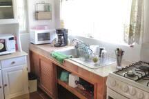 Cocina completamente equipada con servicio para 4 personas.