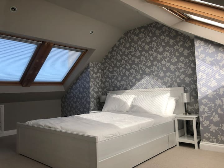 Kingsize Ensuite Attic Room close to City Centre
