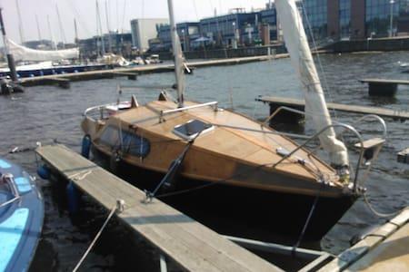 Segelyacht mit drei Kojen im Hafen - Rostock