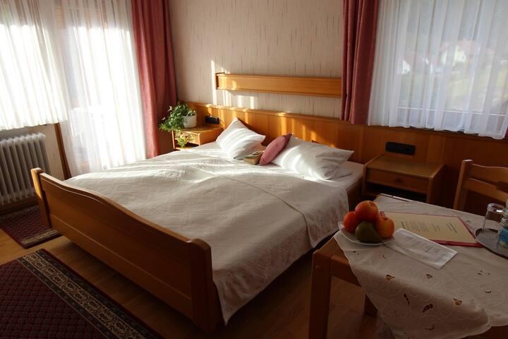 Gästehaus Heimenberg, (Bad Rippoldsau-Schapbach), Doppelzimmer mit Dusche/WC und Balkon
