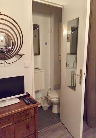 Salle de douche et toilettes