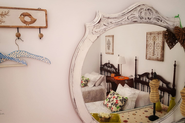 Dormitorio nº3 (2 camas individuales, armario, aparador y rincón para tomar una taza de té/café)