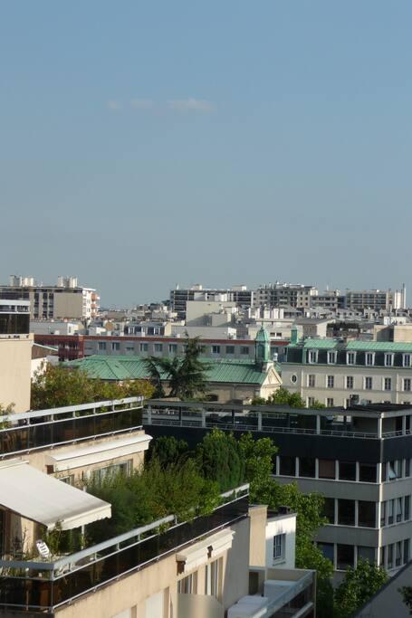 Vue de l'appartement sur les toits de Paris + jardin en contrebas