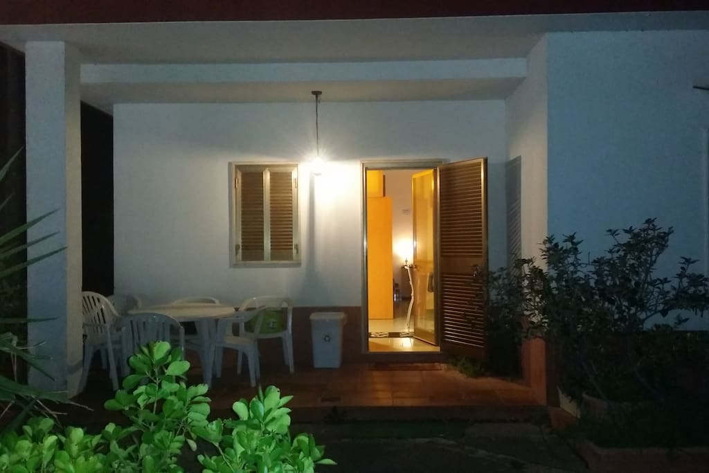 Giardino antistante e ingresso casa
