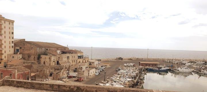 Il terrazzo sul porto