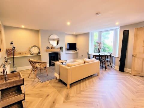 NEW-  Renovated Apartment with parking & garden