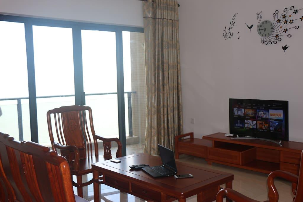红木沙发临窗而设 免费WIFI网络电视, 喝茶阅读却误不了观海的怡然
