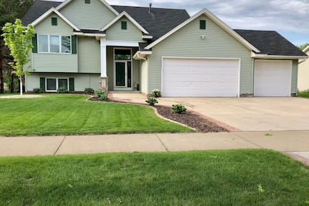Spacious 4 Bd House great for groups w/ HOT TUB!
