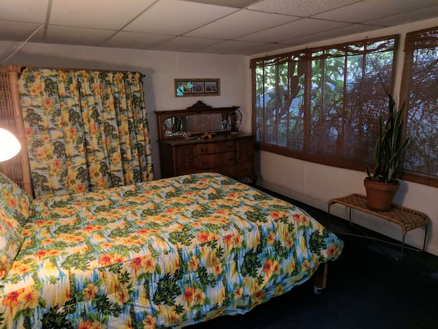 QUIET, COMFORTABLE, CENTRALLY LOCATED HB ROOM!