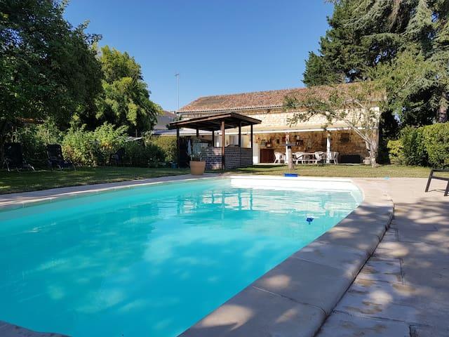 Studio i stor trädgård  med  delad pool.