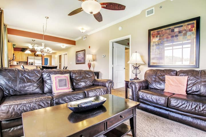 Riverfront condos w/ free WiFi & washer/dryers plus a shared pool & hot tub