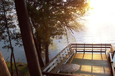 Private Lakeside Cabin, sleeps two - Beaverton - Bed & Breakfast