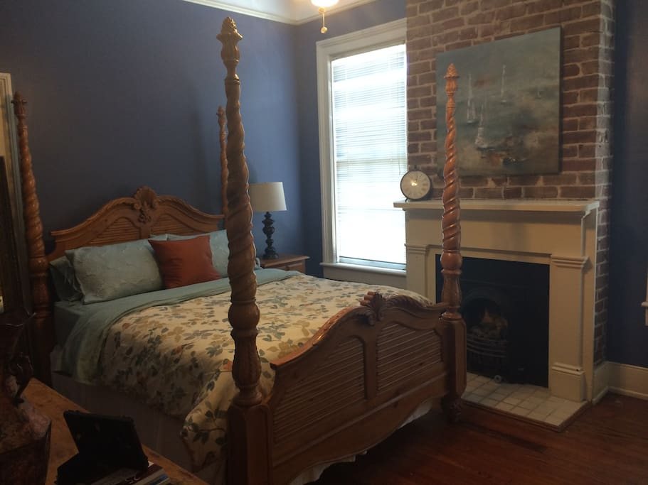 The guest room boasts a comfortable queen-sized poster bed to rest up and recharge before exploring all Savannah has to offer.
