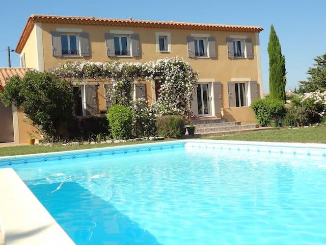 Belle Bastide provençale entre vigne et village - Rochefort-du-Gard - Hus
