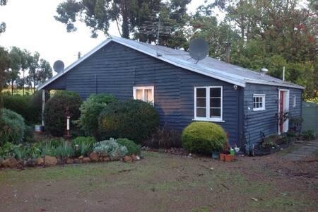 Quaint Farmhouse Retreat - Rosa Brook