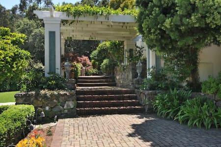 Guest suite with bay view - Hillsborough - Villa
