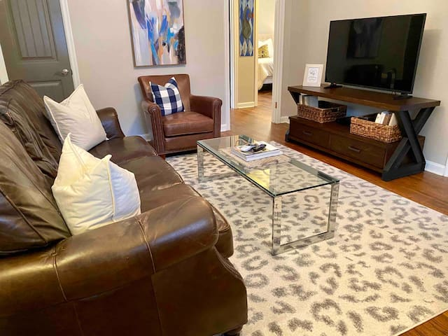 •Sophisticated Studio• In City 2BD 1BA 1.5mi to 🏥