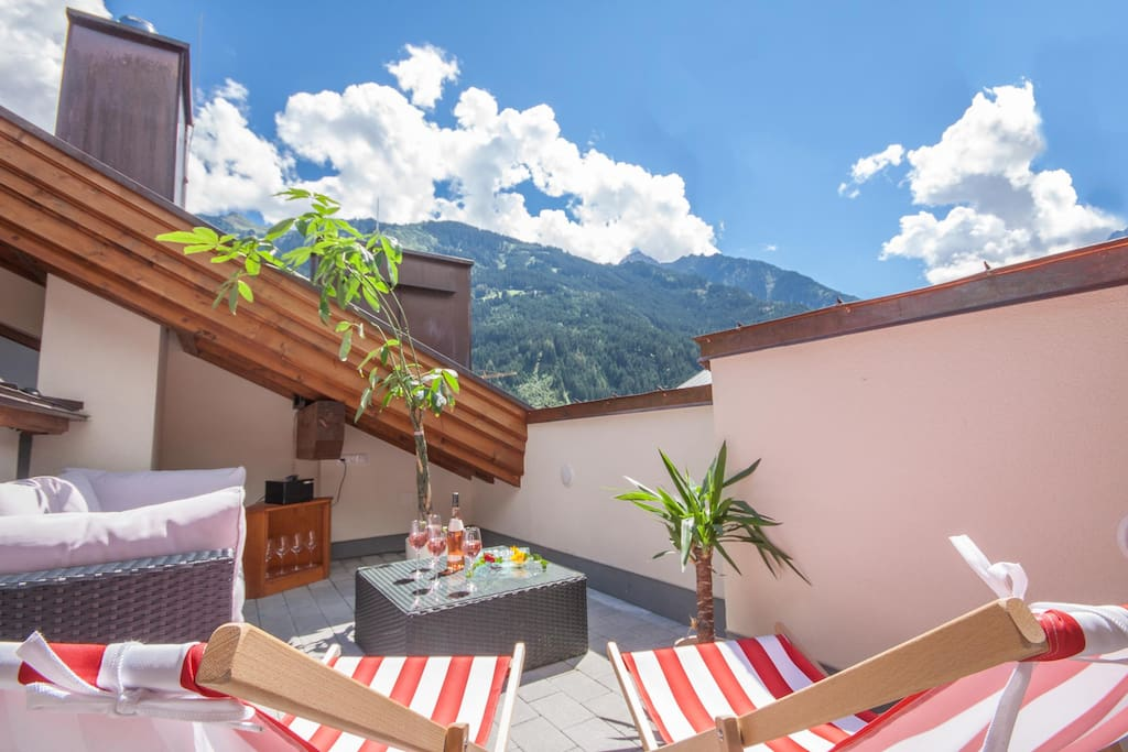 Dachterrasse mit Blick auf die Zillertaler Berger // private lounge on the the roof terrace with an amazing view on the surrounding alps