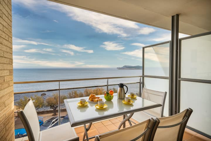 Alba: Apartment on the seafront with views