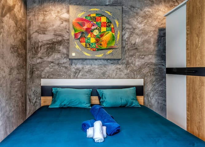 Bedroom 3, yellow wax
