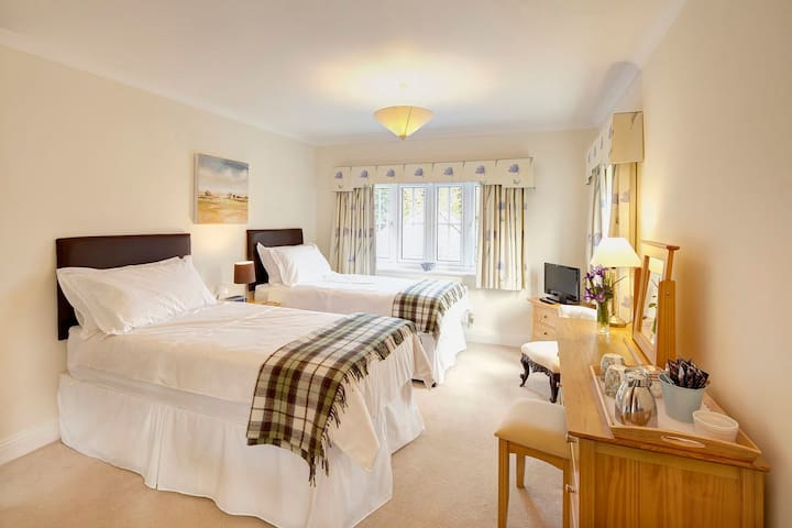 A twin/super king-size B&B Room - Capel - Bed & Breakfast
