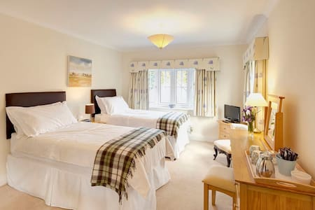 A twin/super king-size B&B Room - Capel