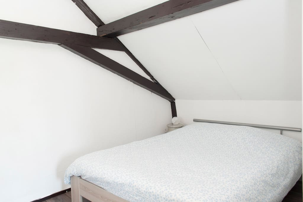 Twee persoonsbed, met authentieke nachtkastjes. (melkbus en een melkkrukje)