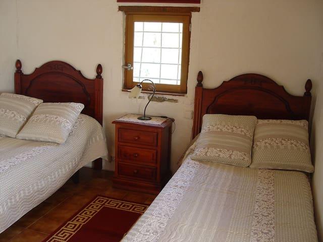 Habitación dos camas en casa rural.
